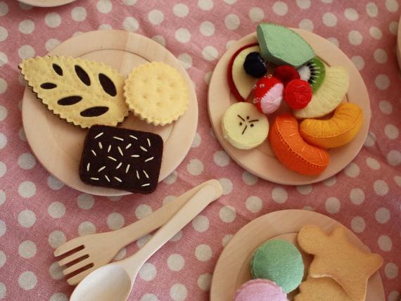 フェルトの果物とクッキー