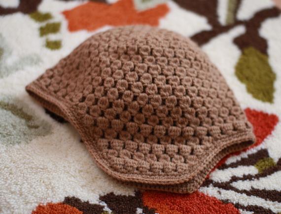 かぎ針編みの耳当て付き帽子